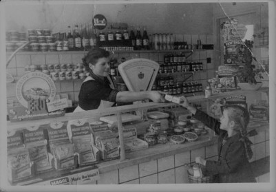 Stiena en Nellie in de winkel