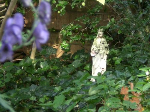 mariabeeld in tuin